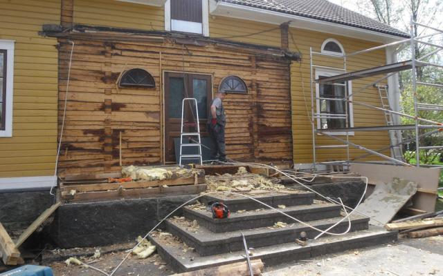 Omakotitalo Noormarkku – Lahonneen kuistin uusiminen
